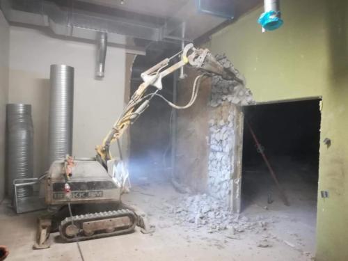 Демонтаж роботом BROKK 150 многослойных панелей