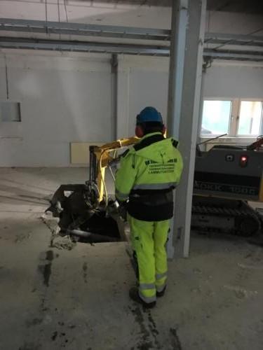Слом пола – дробление роботом BROKK 150 без вибрации