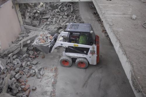 Вывоз отходов погрузчиком после демонтажных работ